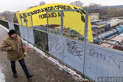 6144558 / Акция против ядерных отходов. Экологическая акция Greenpeace против ввоза ядерных отходов. Баннер с надписью `Добро пожаловать на свалку`.