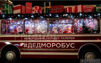 6156852 / Дедморобус. Предновогодний Санкт-Петербург. Дедморобус. Новогодний автобус с Дедами Морозами едет по Невскому проспекту.