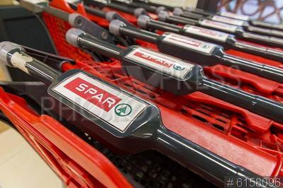 6158096 / Продуктовые тележки. Закрытие продуктовой сети магазинов Spar. Продуктовые тележки магазина.