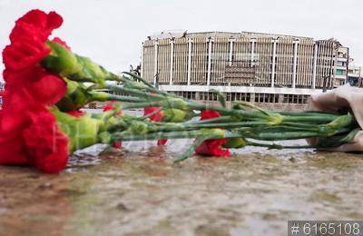 6165108 / Митинг памяти. Митинг в память о рухнувшем спортивно-концертном комплексе `Петербургский` (СКК) и погибшем при демонтаже крыши рабочем. Цветы у обрушившегося здания СКК.