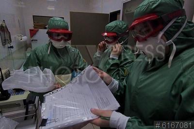 6167081 / Санитарный контроль. Аэропорт `Шереметьево`. Сотрудники санитарно-эпидемиологического контроля в медпункте терминала F.