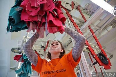 6177632 / Колледж Петербургской моды. `Колледж Петербургской моды`. Студентка на занятии в швейном классе.
