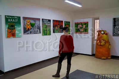 6178314 / Выставка Васи Ложкина. Галерея Васи Ложкина. Презентация серии картин художника Алексея Куделина (Вася Ложкин), посвященных проблемам экологии, и борьбе за благоприятную окружающую среду. Посетитель рассматривает экспонаты.
