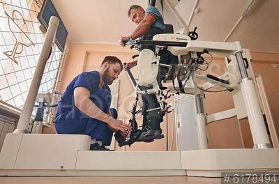 6178494 / Центр реабилитации инвалидов. Федеральный научный центр реабилитации инвалидов имени Г.А. Альбрехта. Занятия в экзоскелете.