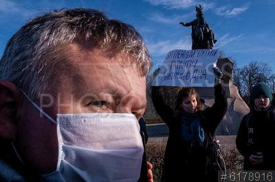 6178916 / Акция `Похороны Конституции`. Акция `Похороны Конституции`. Девушка с плакатом `Обнуленный` Путин - гарантия завтрашнего дна`.