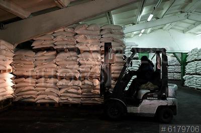 6179706 / Продовольственные склады. Продовольственные склады. Работа автопогрузчика. Мешки с сахарным песком.