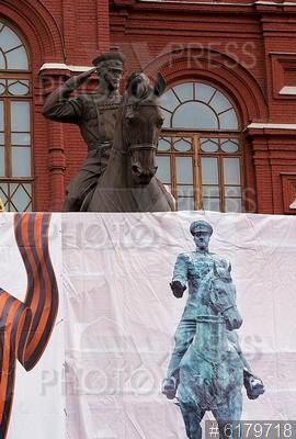 6179718 / Памятник Георгию Жукову. Демонтаж старого и установка временного памятника маршалу Георгию Жукову на Манежной площади. Временный памятник.