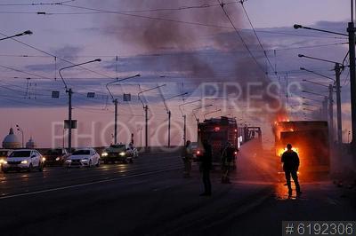 6192306 / Возгорание автобуса. Пожар на общественном транспорте. Возгорание пассажирского автобуса на мосту Александра Невского. Тушение пожара.