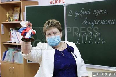 6192956 / Последний звонок. Последний звонок в школе. Подготовка к празднику в условиях коронавирусной инфекции. Видеозапись поздравления.