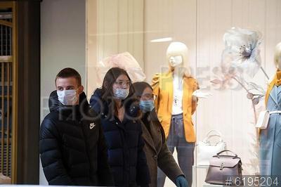 6195204 / Торговый центр. Пандемия коронавируса COVID-19 в Москве. Второй этап отмены ограничений из-за коронавируса. Возобновление торговли непродовольственными товарами. Посетители в медицинских масках в торговом центре.