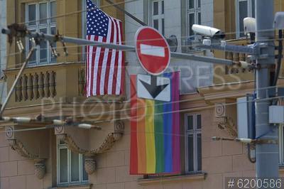 6200586 / Флаг ЛГБТ на посольстве США. Новинский бульвар, 21. Флаг ЛГБТ-сообщества на здании посольства Соединенных Штатов Америки в Москве.