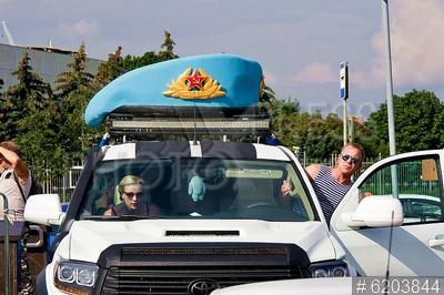 6203844 / День ВДВ. День Воздушно-десантных войск (ВДВ). Голубой берет на крыше автомобиля.
