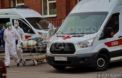 6218266 / Скорая помощь. Пандемия коронавируса COVID-19 в Санкт-Петербурге. Машины скорой помощи у приемного покоя Покровской больницы.