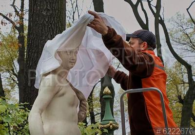 6222670 / Укрытие скульптур. Подготовка Летнего сада к зимнему периоду. Рабочий укрывает скульптуру специальной тканью.