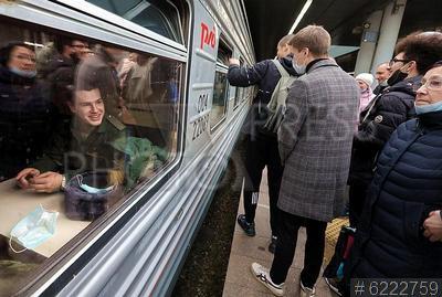 6222759 / Отправка призывников. Ладожский вокзал. Отправка призывников к месту службы. Провожающие у вагона с призывниками перед отправкой в Новосибирск.
