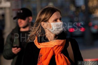 6222956 / Люди в масках. Пандемия коронавируса COVID-19 в Москве. Всеобщий масочный режим. Горожане в защитных масках.