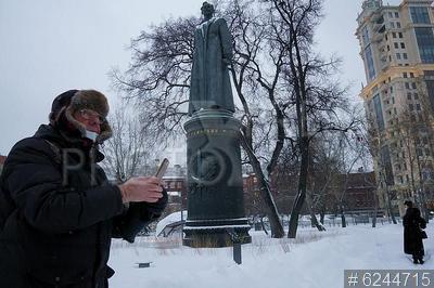 6244715 / Памятник Ф.Э. Дзержинскому. `Музеон`. Мужчина около памятника Ф.Э. Дзержинскому.