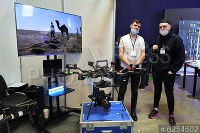6254602 / Выставка CPS. 17-я Международная выставка оборудования, услуг и новых технологий для кино- и телепроизводства CPS 2021. Посетители рассматривают экспонаты.
