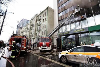 6257540 / Тушение пожара. Тушение пожара в офисном здании на Зубовском бульваре.