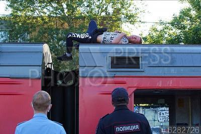 6282726 / Нарушитель. Московская железная дорога. Ярославское направление. Станция Болшево. Сотрудники правоохранительных органов и мужчина, спящий на крыше электрички.