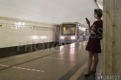 6284027 / Станция метро `Смоленская`. Московский метрополитен. Арбатско-Покровская линия. Станция метро `Смоленская` после реконструкции. Пассажирка на платформе.