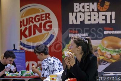 6287418 / Посетители кафе. Торговый центр `Невский Атриум`. Посетители фуд-корта в ресторане `Burger king`.