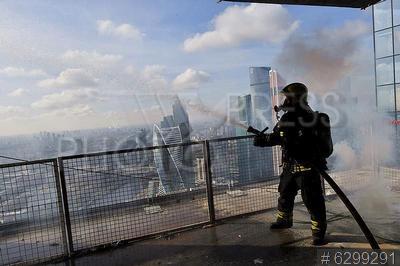 6299291 / Пожарные учения. (ММДЦ) `Москва-Сити`. Пожарно-тактические учения. Организация тушения пожара на строящемся объекте большой высотности. Сотрудник пожарно-спасательного отряда №207 Пожарно-спасательного центра Москвы.