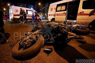 6300604 / ДТП. Енисейская улица. Дорожно-транспортное происшествие (ДТП) с участием мотоцикла и автомобиля Kia. Место происшествия. Разбитый мотоцикл.