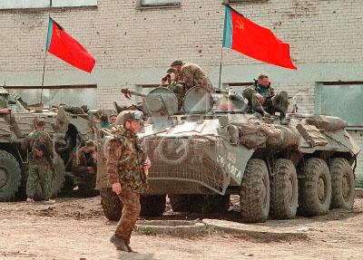 633580 / ОМОН перед заданием. Бойцы российского ОМОНа готовятся к выполнению боевой задаче на БТРах с красными советскими флагами.